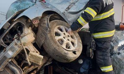 A ajuns cu SMURD-ul la spital după ce a ieşit cu maşina în decor, aterizând în curtea unei case