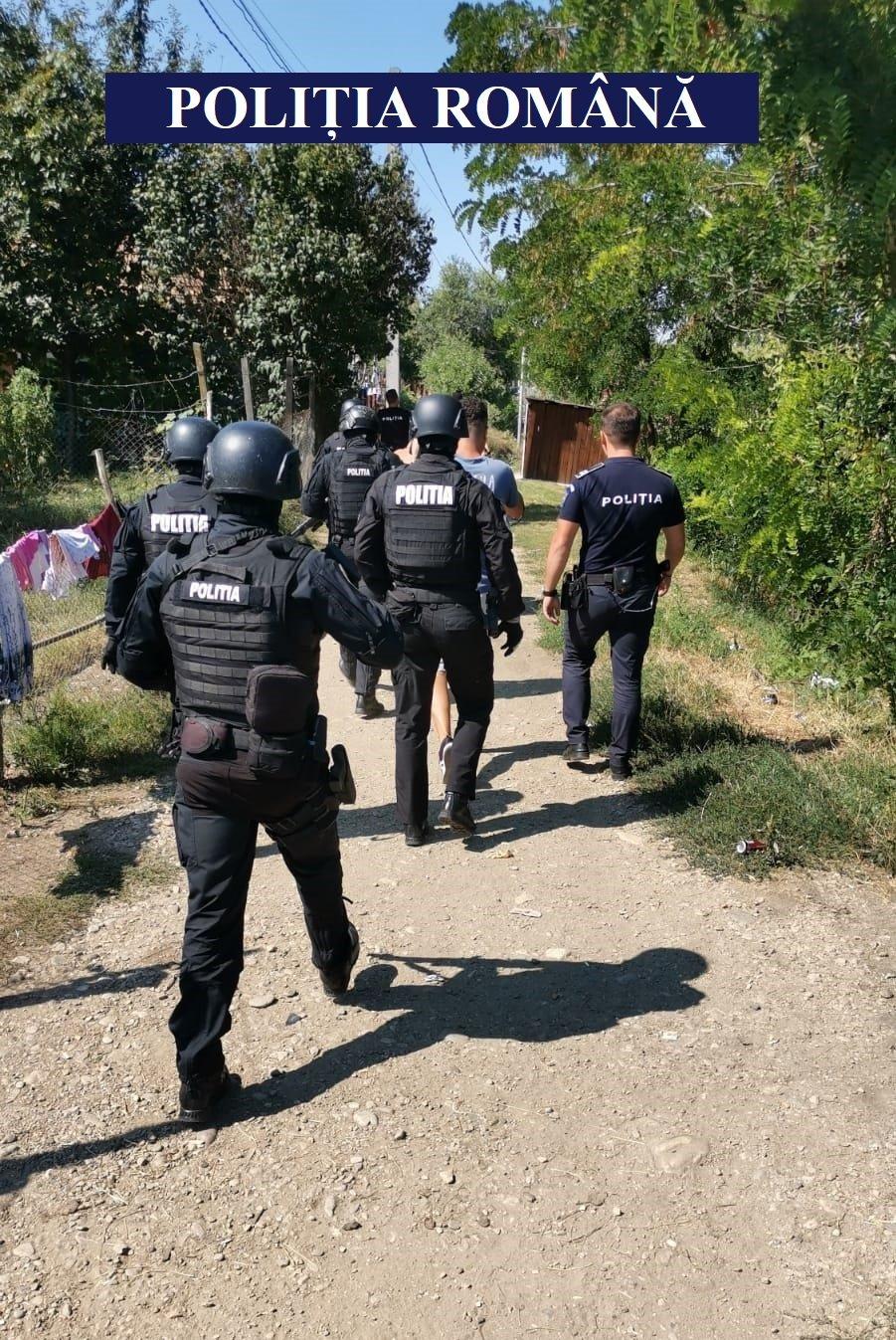 Cluj: Bărbați săltați de polițiști după ce au agresat și tâlhărit două persoane în plină stradă