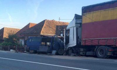 Mașină de Poliție și o dubă a Jandarmeriei, spulberate de un TIR pe drumul dintre Cluj şi Zalău