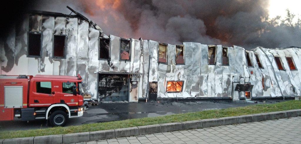 Noi imagini cu INCENDIUL de la Tetarom din Cluj-Napoca. Cercetări pentru a stabili de la ce a izbucnit focul