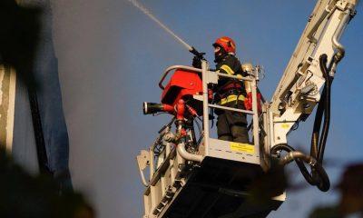Pompierii continuă lupta cu incendiul de la Tetarom. Încă mai sunt focare care ard mocnit